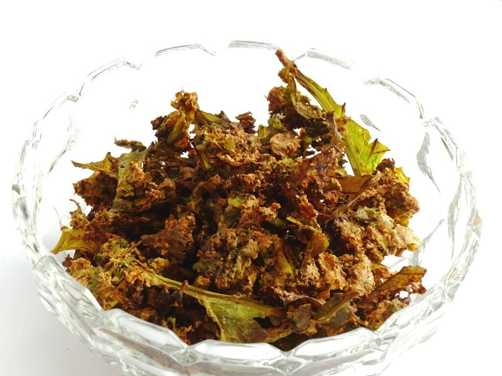 Linseed and kale chips in bowl